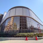 令和2年(2020年)4月中のリニューアルオープン予定の荒川総合スポーツセンター 建物正面のロゴが消えた
