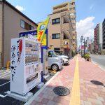 東京都荒川区のザ・パーク東日暮里6丁目東1という駐車場にだし職人の自動販売機があります