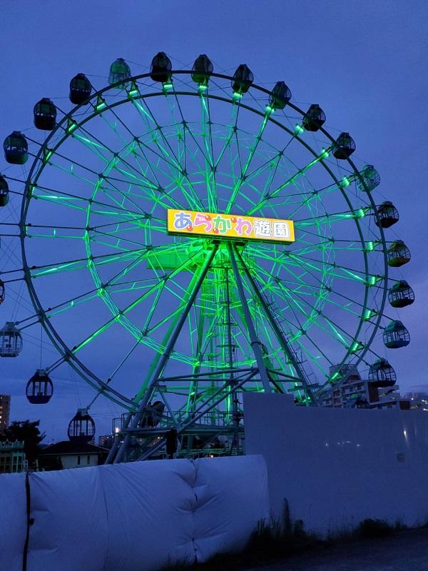リニューアル工事中のあらかわ遊園の観覧車がライトアップされています