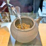 ジョイフル三の輪内にオープンした「自家焙煎ほうじ茶専門店 小林商店」でさっぱりしていて熱々なほうじ茶をテイクアウトしてみた